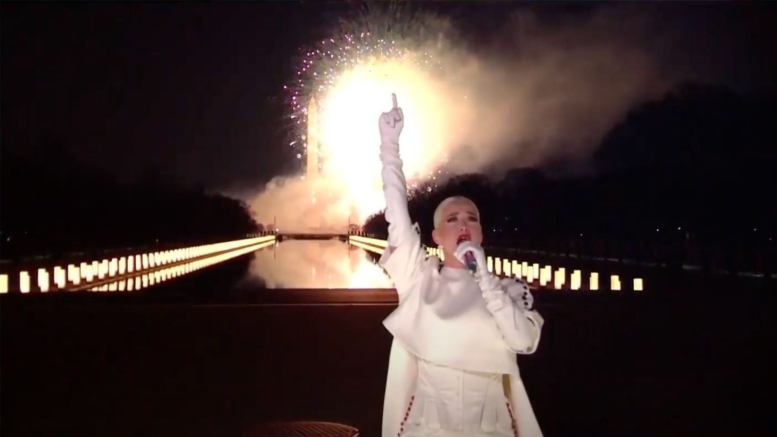 Katy Perry actuant durant  el programa Celebrating America