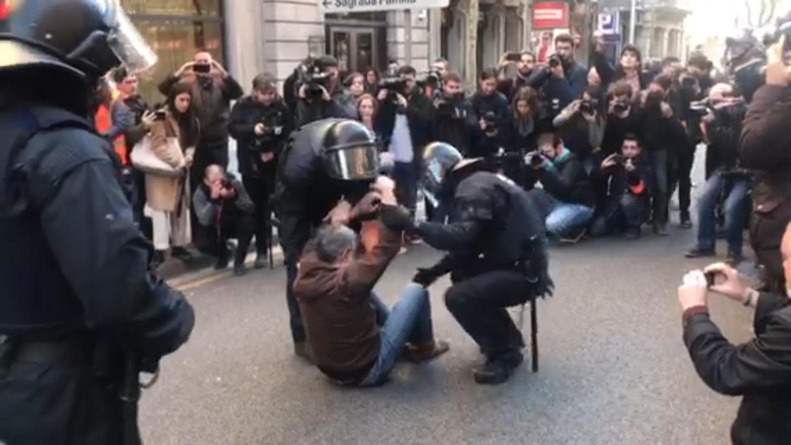 Desallotgen Carles Riera de la protesta davant de la fiscalia