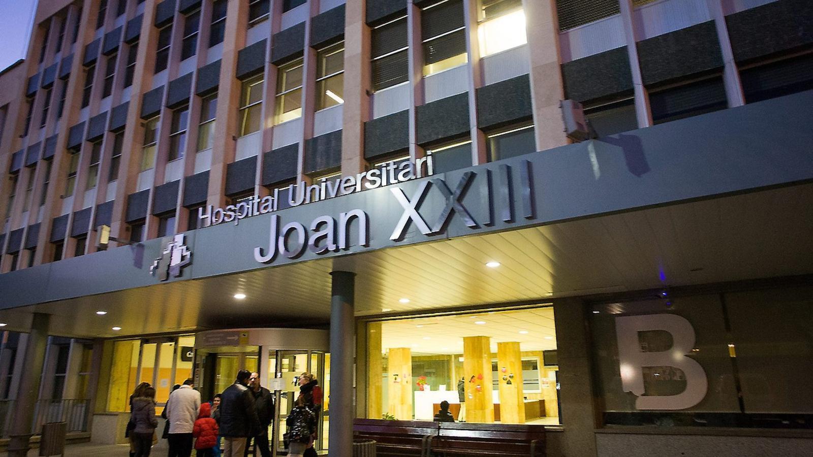 AL CENTRE DE LA POLÈMICA   Un home que havia tingut un infart va morir el dia de Nadal quan el traslladaven a Barcelona. El Joan XXIII tenia el servei d'hemodinàmica tancat.