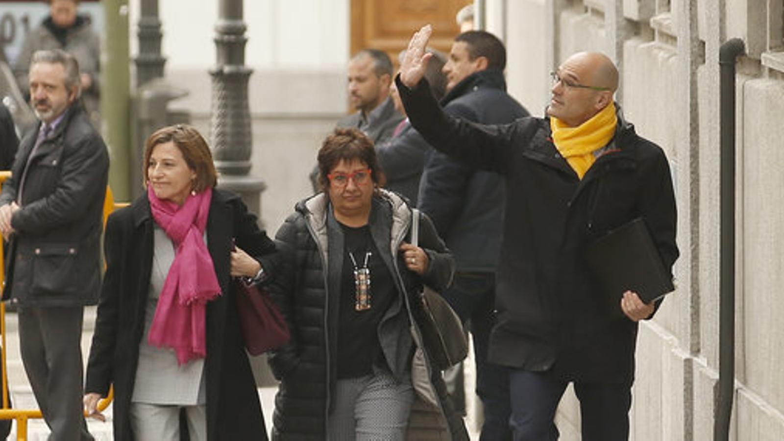 Les exdiputades Dolors Bassa i Carme Forcadell abans d'entrar al Tribunal Suprem, amb el també exdiputat Raül Romeva