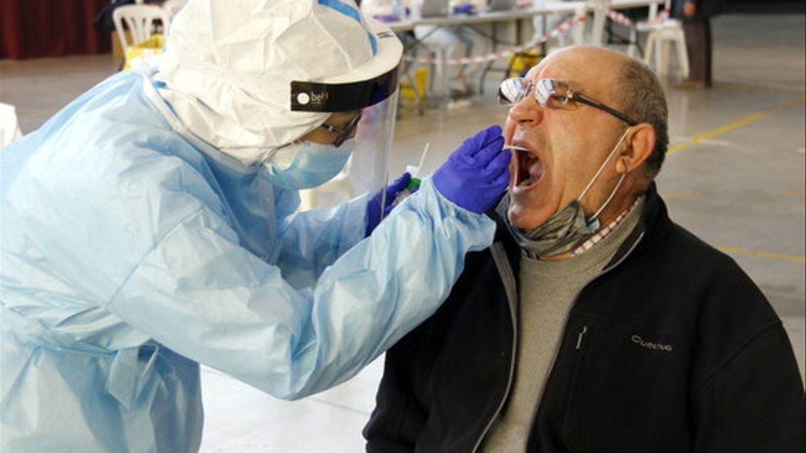 Una infermera fent una prova PCR a un pacient al pavelló de l'Oli de les Borges Blanques