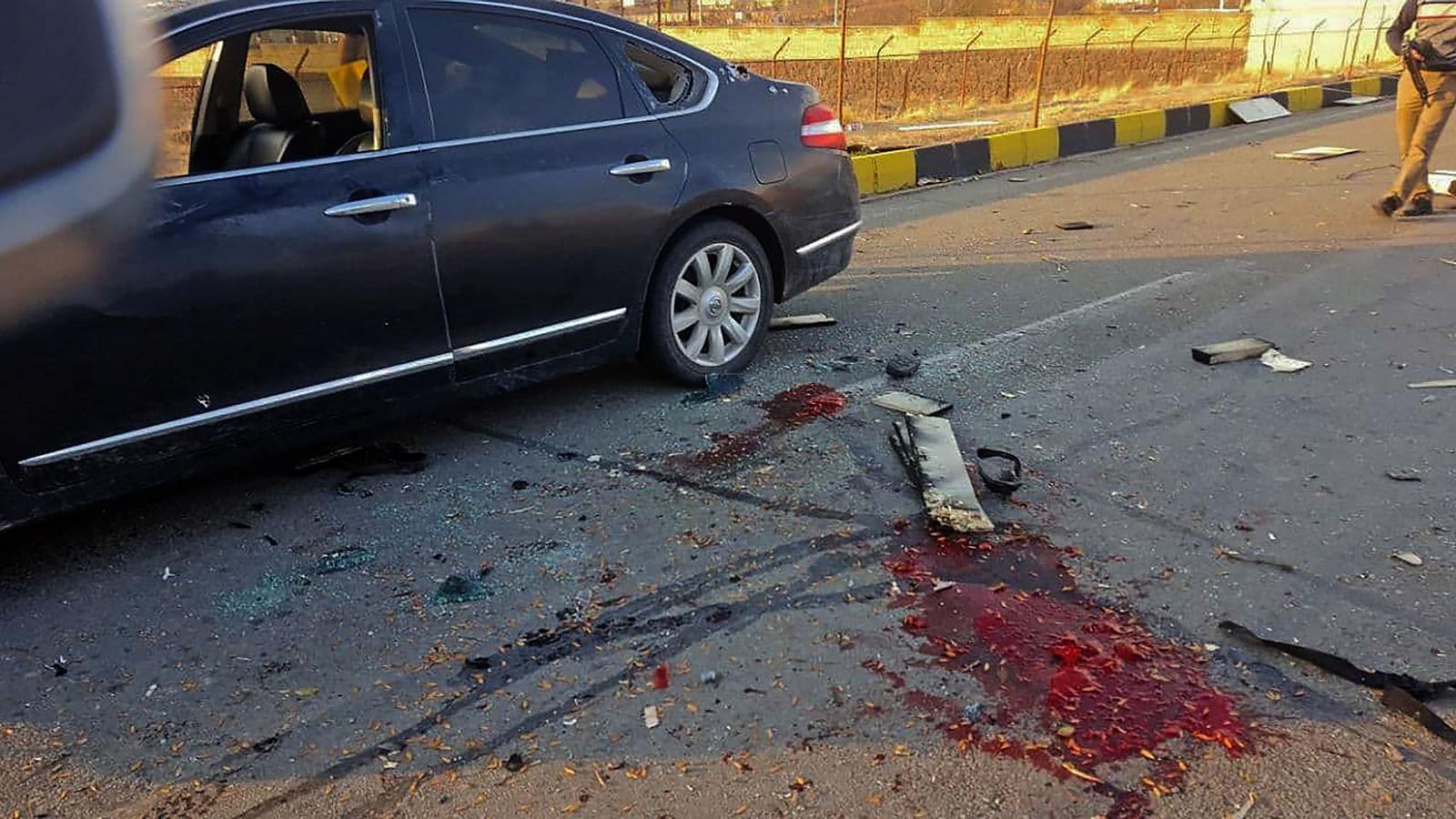 Una imatge de l'estat en què va quedar el cotxe del científic iranià i de les dramàtiques conseqüències de l'atac