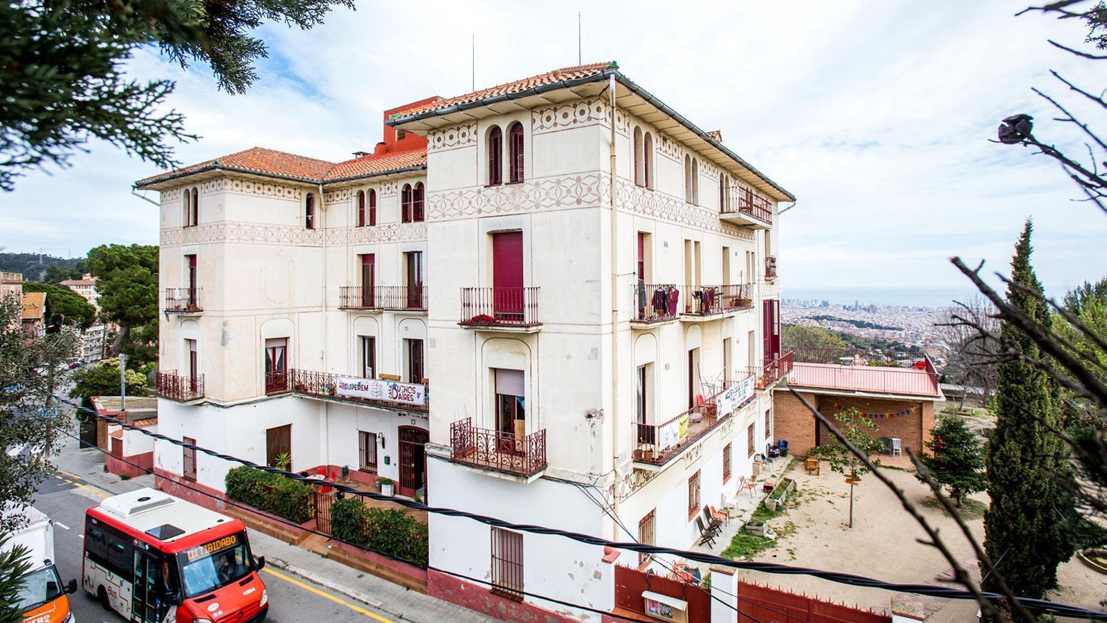 La coneguda com a Casa Buenos Aires, a Vallvidrera, és un edifici modernista construït a finals del XIX.