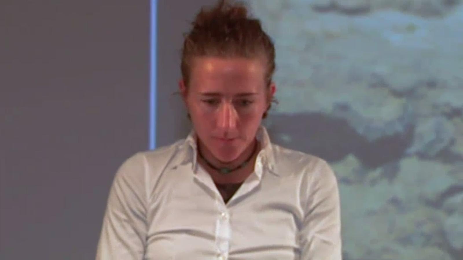 La reacció de Núria Picas a l'himne espanyol, durant l'entrega de l'Ultra Trial World Tour, el 2014