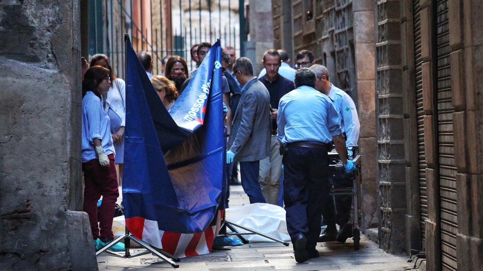 Un home en mata un altre a punyalades en un narcopís del Barri Gòtic