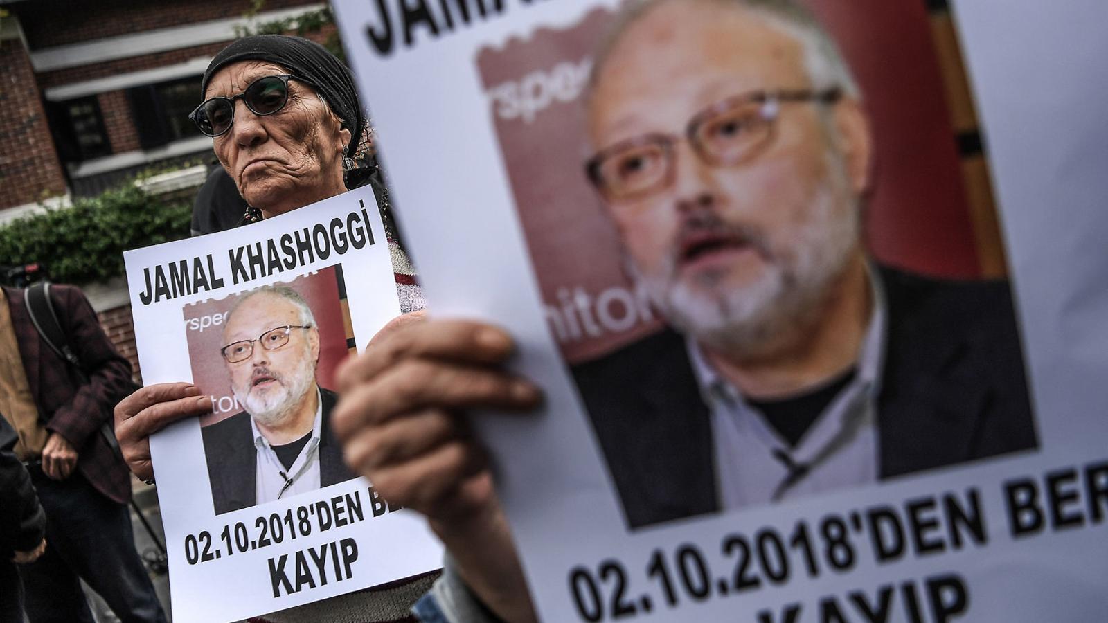 Manifestants protestant per la mort de Khashoggi amb retrats del periodista.