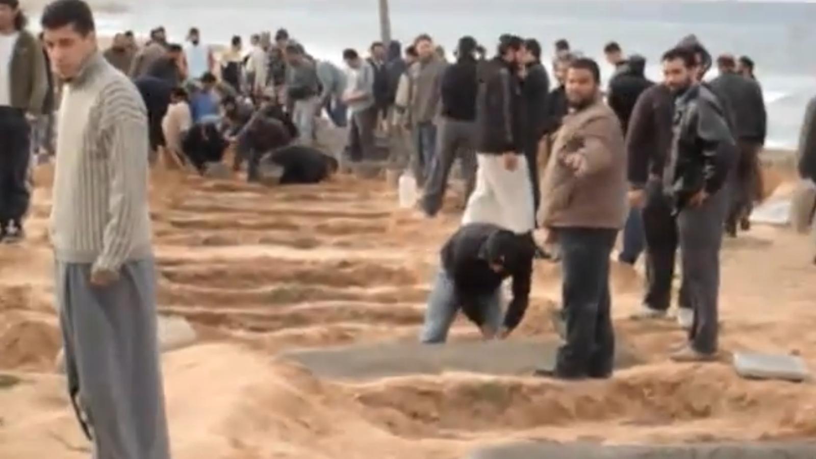Els libis enterren els morts de la revolta