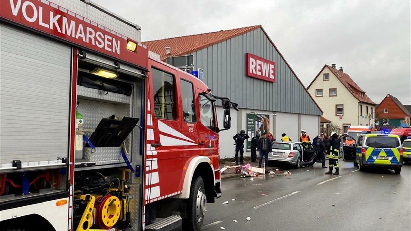 Els serveis d'emergències treballen al lloc en que s'ha produït l'atropellament massiu a Volkmarsen, al centre d'Alemanya