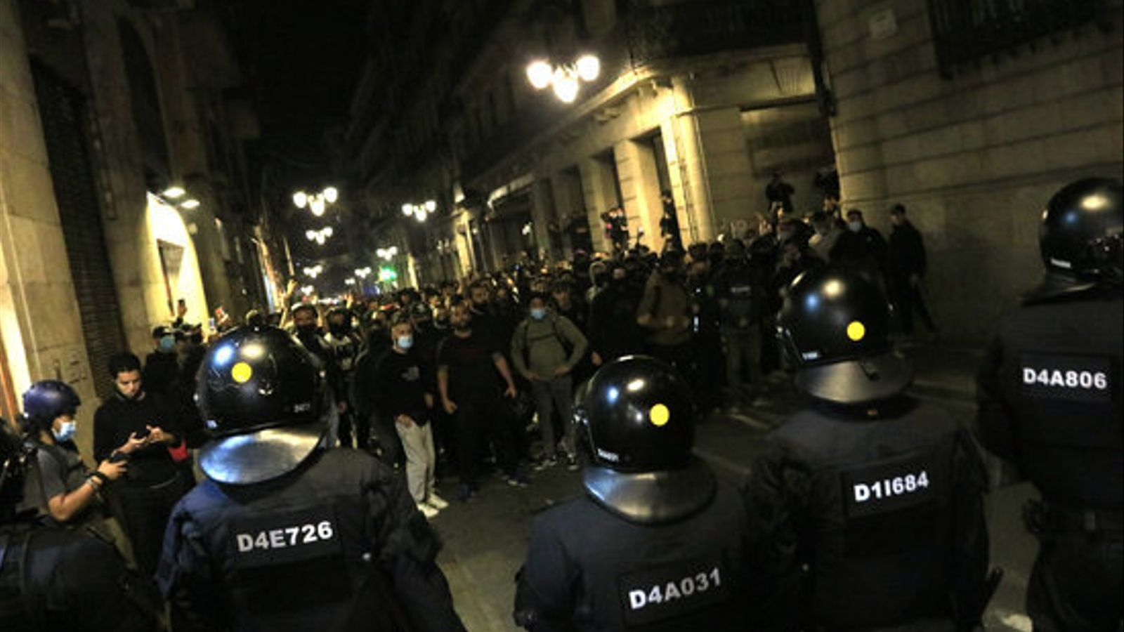 Una barrera de mossos impedint l'accés a la plaça de Sant Jaume de Barcelona dels manifestants contra les restriccions del covid