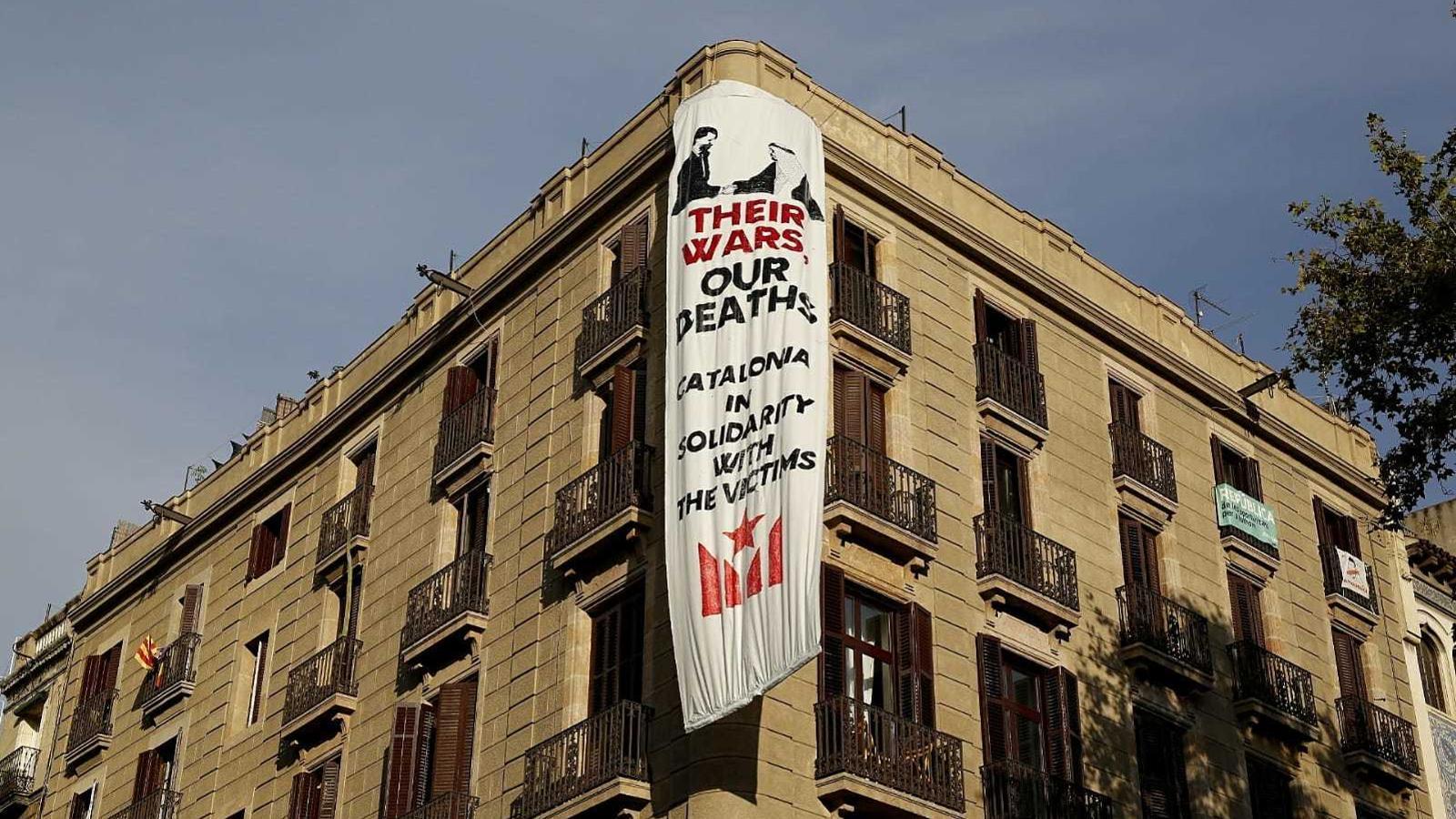 La segona pancarta critica el comerç d'armes d'Espanya amb l'Aràbia Saudita