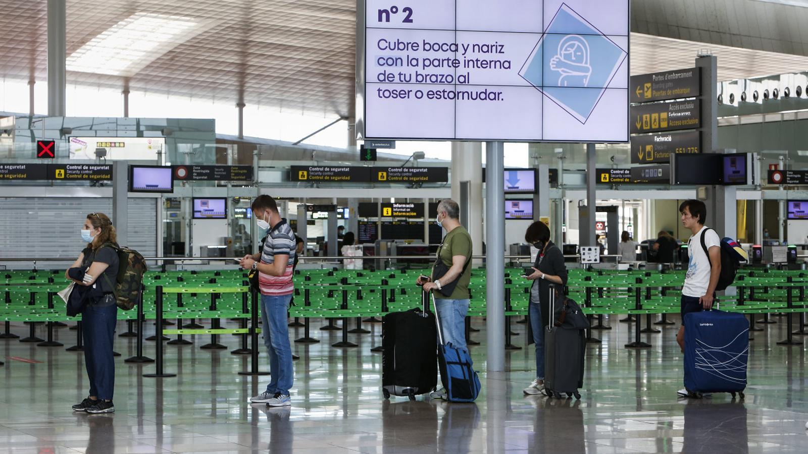 La nova rutina a la terminal T1 del Prat, en imatges d'aquesta setmana.