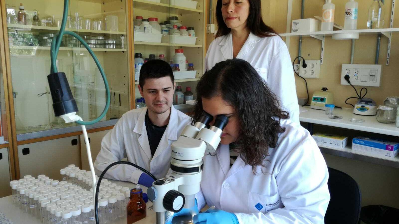 Els biòlegs Alejandro García Salguero i Sofia Delgado Serra amb la seva tutora Clàudia Paredes
