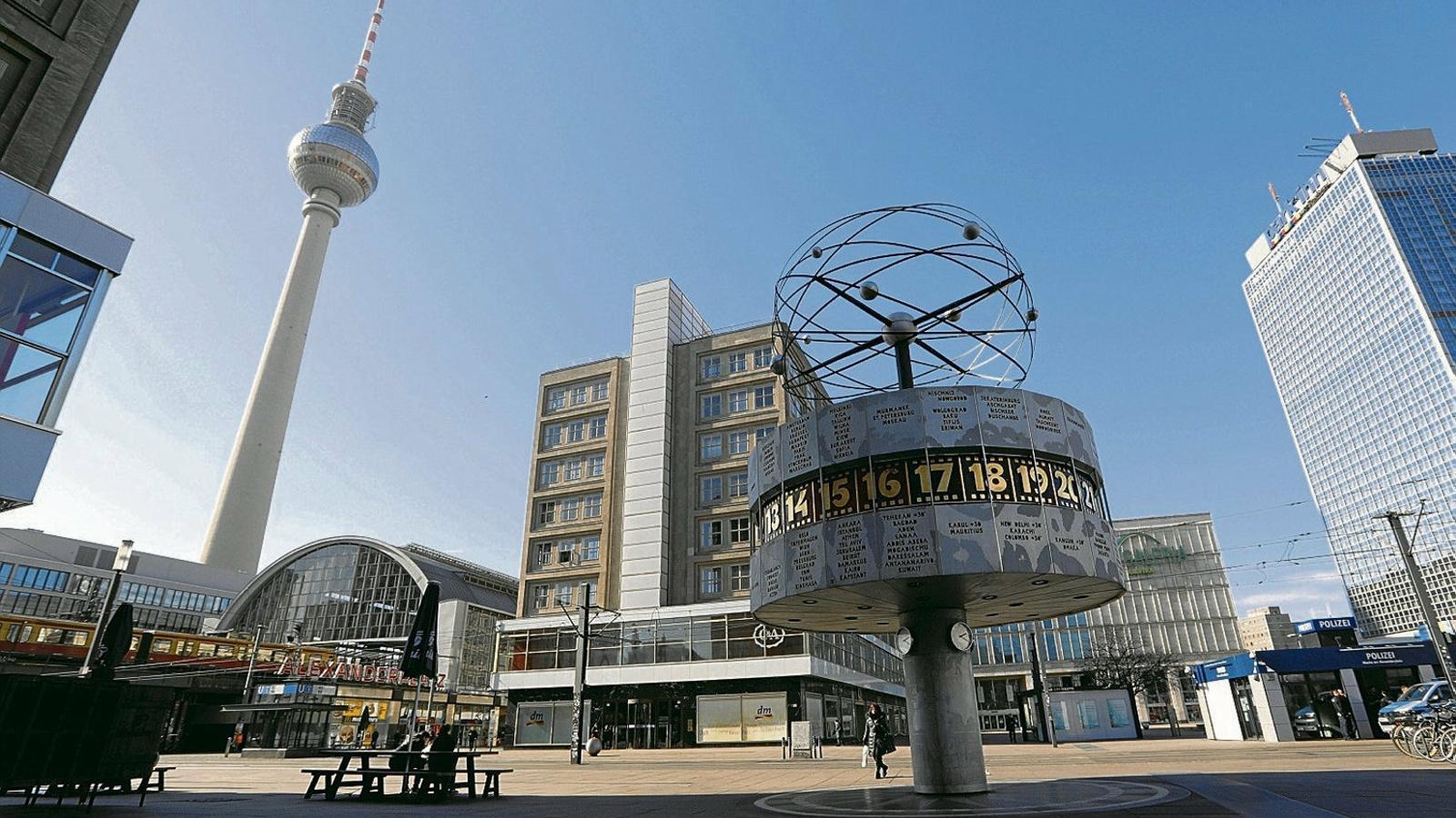 Imatge de l'Alexanderplatz, a Berlín, completament buida.