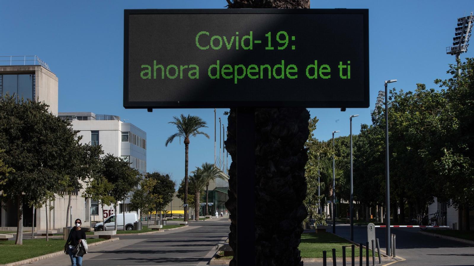 Una persona amb mascareta camina pel campus de Vera de la Universitat Politècnica de València que aquest dilluns ha suspès les classes presencials per un brot de coronavirus relacionat amb una festa al col·legi major Galileo Galilei