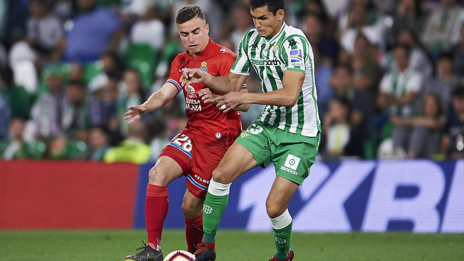 Adrià Pedrosa, de l'Espanyol, i Aïssa Mandi, del Betis, lluitant per la pilota durant l'enfrontament d'ahir al Benito Villamarín.