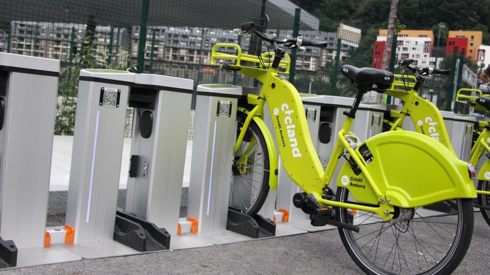 El servei de bicicletes elèctriques es perfila com una alternativa a l'hora d'agafar el vehicle particular per fer trajectes curts. / T. N. (ANA)