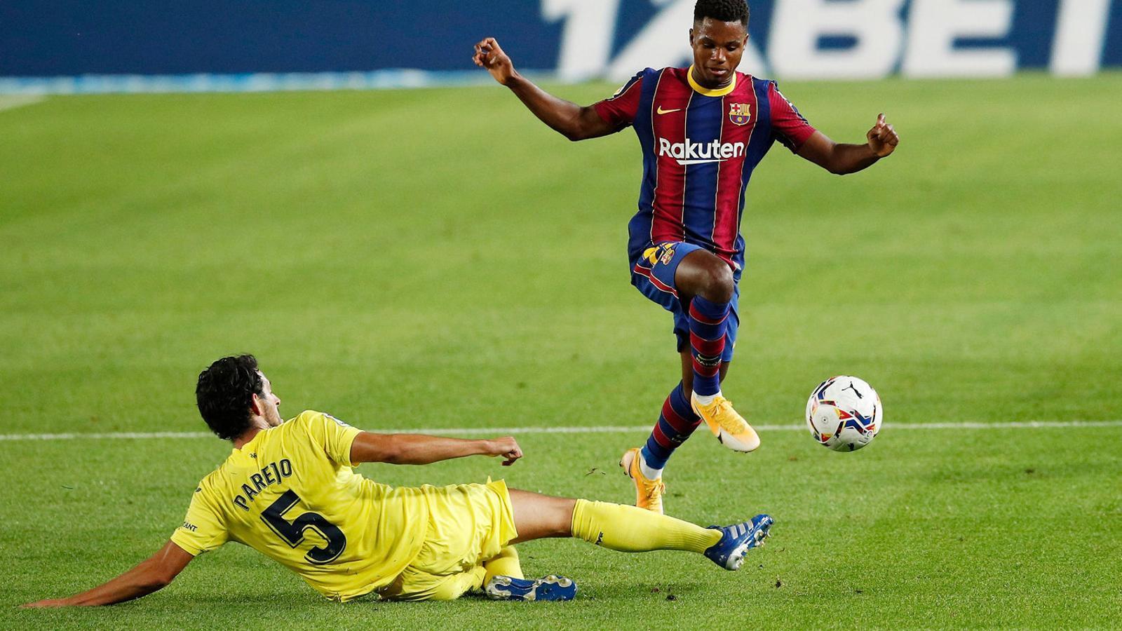 Ansu Fati superant Dani Parejo durant el partit de dissabte al Camp Nou contra el Vila-real, en què va fer dos gols i va provocar un penal.