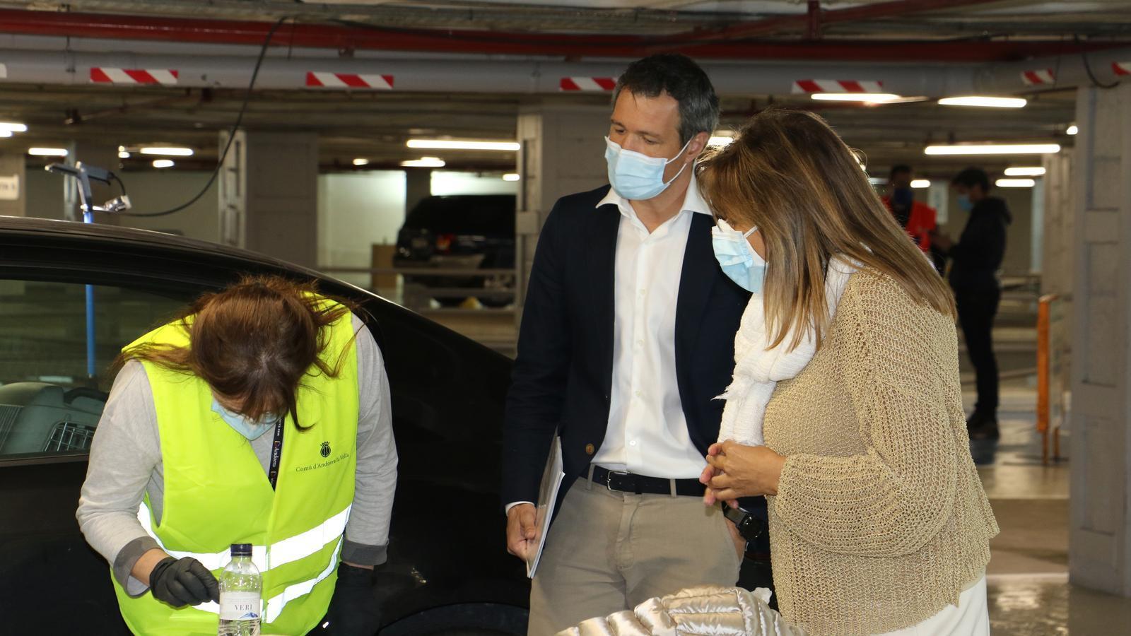 La cònsol major d'Andorra la Vella, Conxita Marsol, i el cònsol menor d'Andorra la Vella, David Astrié, han visitat l''stop lab' situat a l'aparcament Centre Ciutat de la plaça Rebés. / E.C. (ANA)