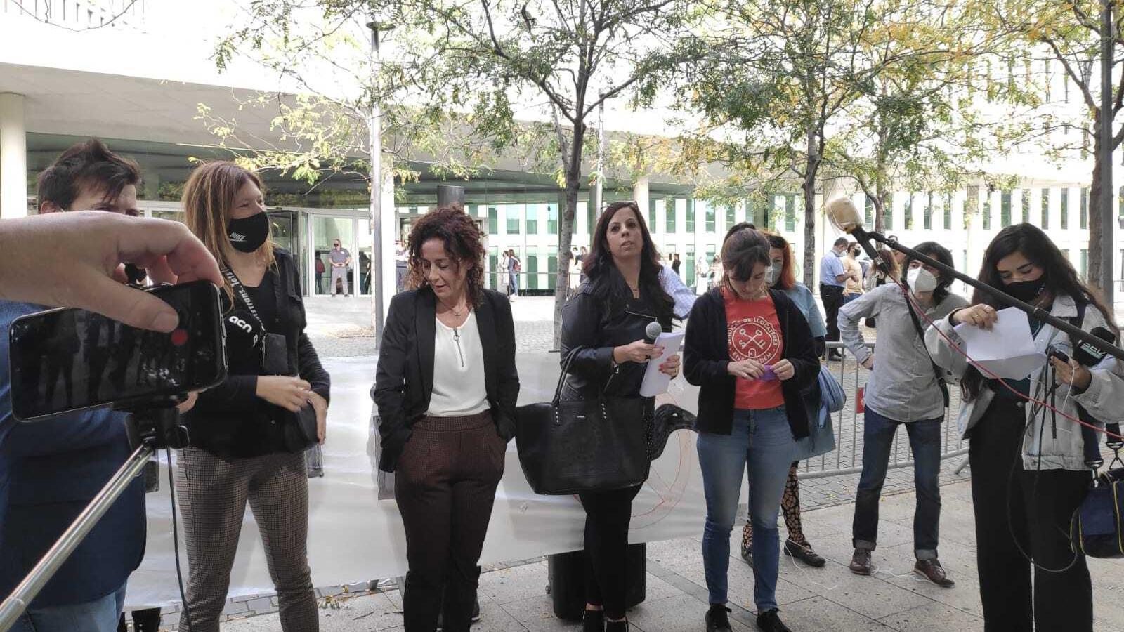 La demandant, l'advocada del Col·lectiu Ronda i la portaveu del Sindicat de Llogaters a les portes de la Ciutat de la Justícia