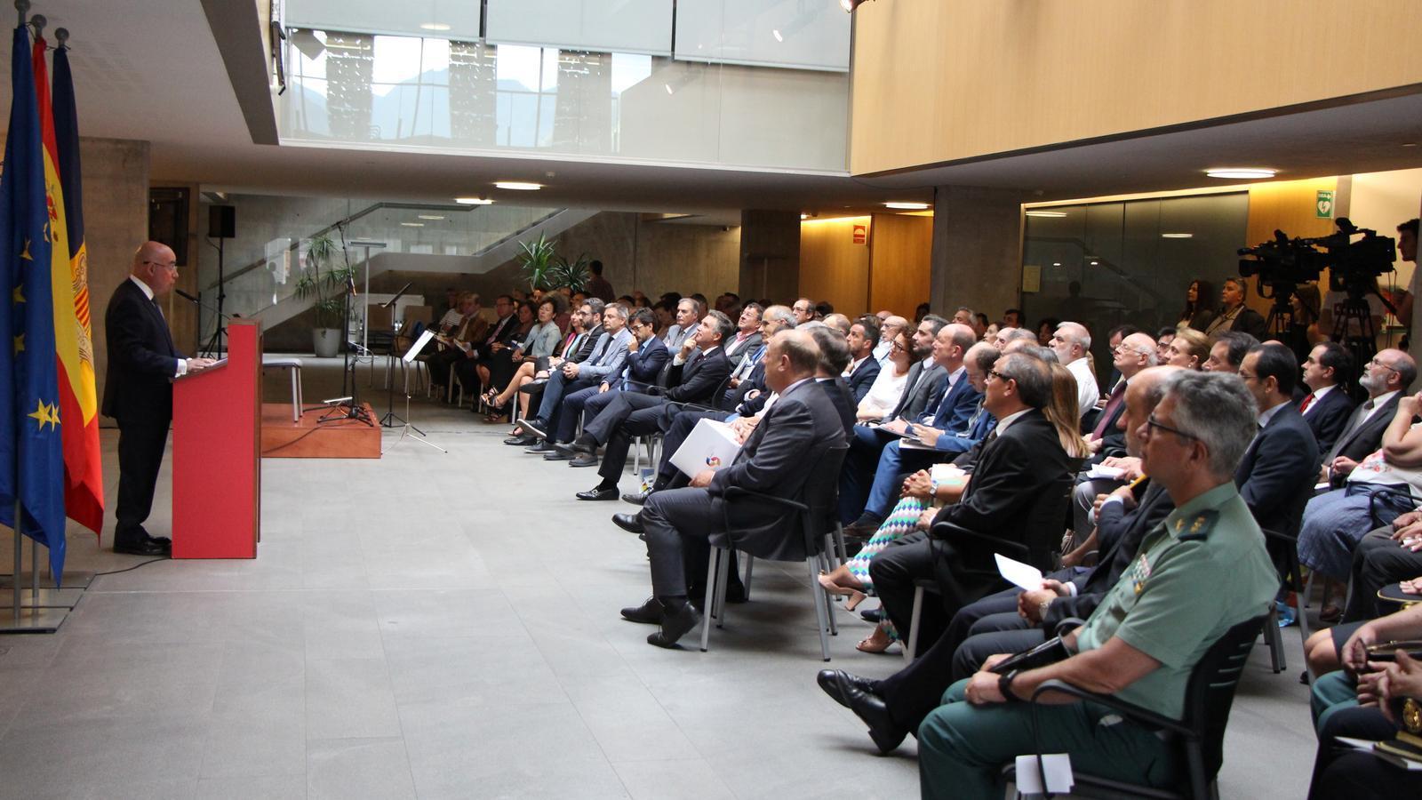 L'ambaixador Manuel Montobbio durant la seva intervenció en l'acte de celebració dels 25 anys de relacions diplomàtiques entre Andorra i Espanya. / M. T. (ANA)