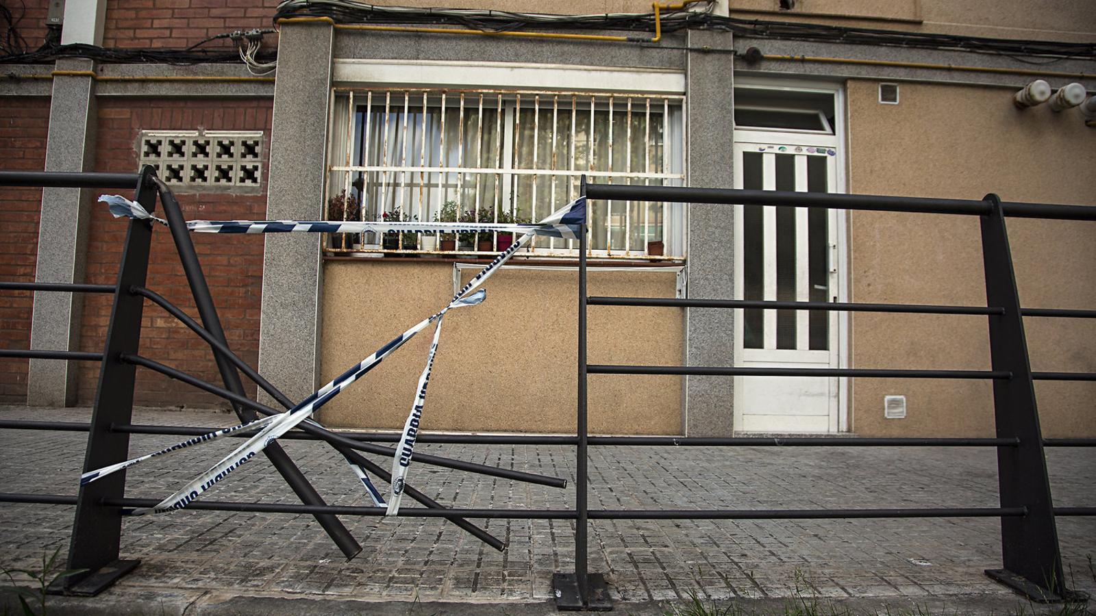 La façana de l'edifici on es va matar l'home amenaçat per un desnonament ahir a Cornellà.