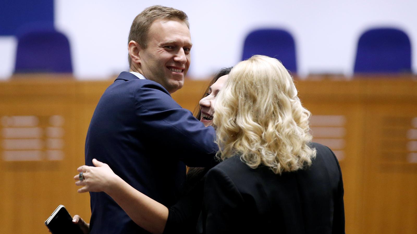 Un Navalni somrient s'abraça a la seva advocada en sentir el veredicte del Tribunal d'Estrasburg