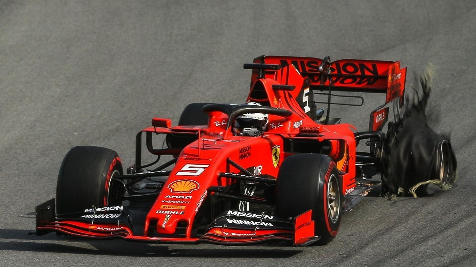 El Ferrari de Vettel, amb el neumàtic punxat, al Gran Premi del Brasil