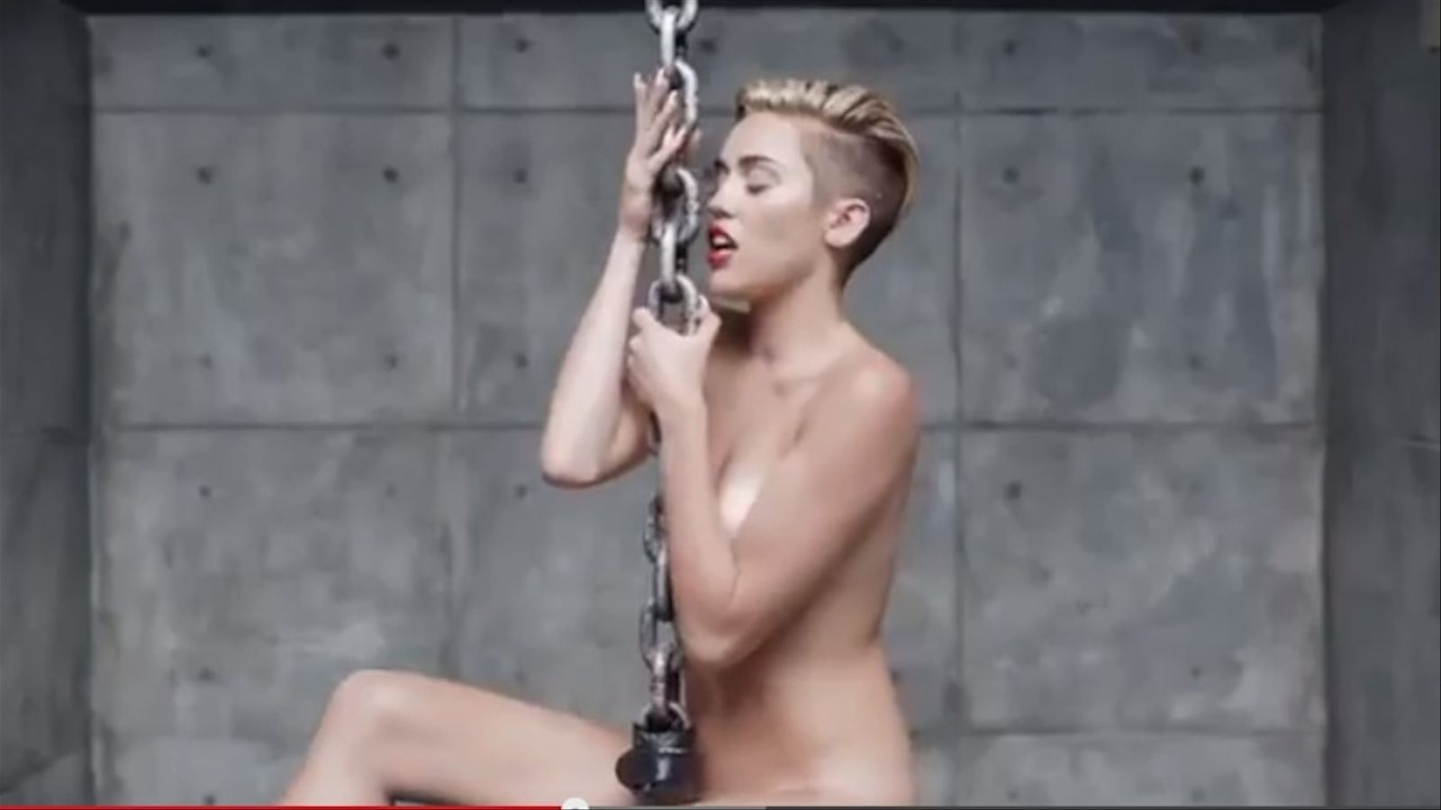 Miley Cyrus es despulla en el seu nou vídeo, 'Wrecking Ball'