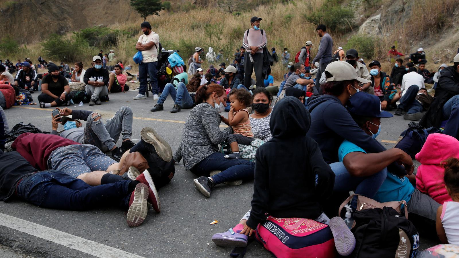 Famílies hondurenyes descansen a la carretera de Vado Hondo a Guatemala en el seu pas cap als Estats Units