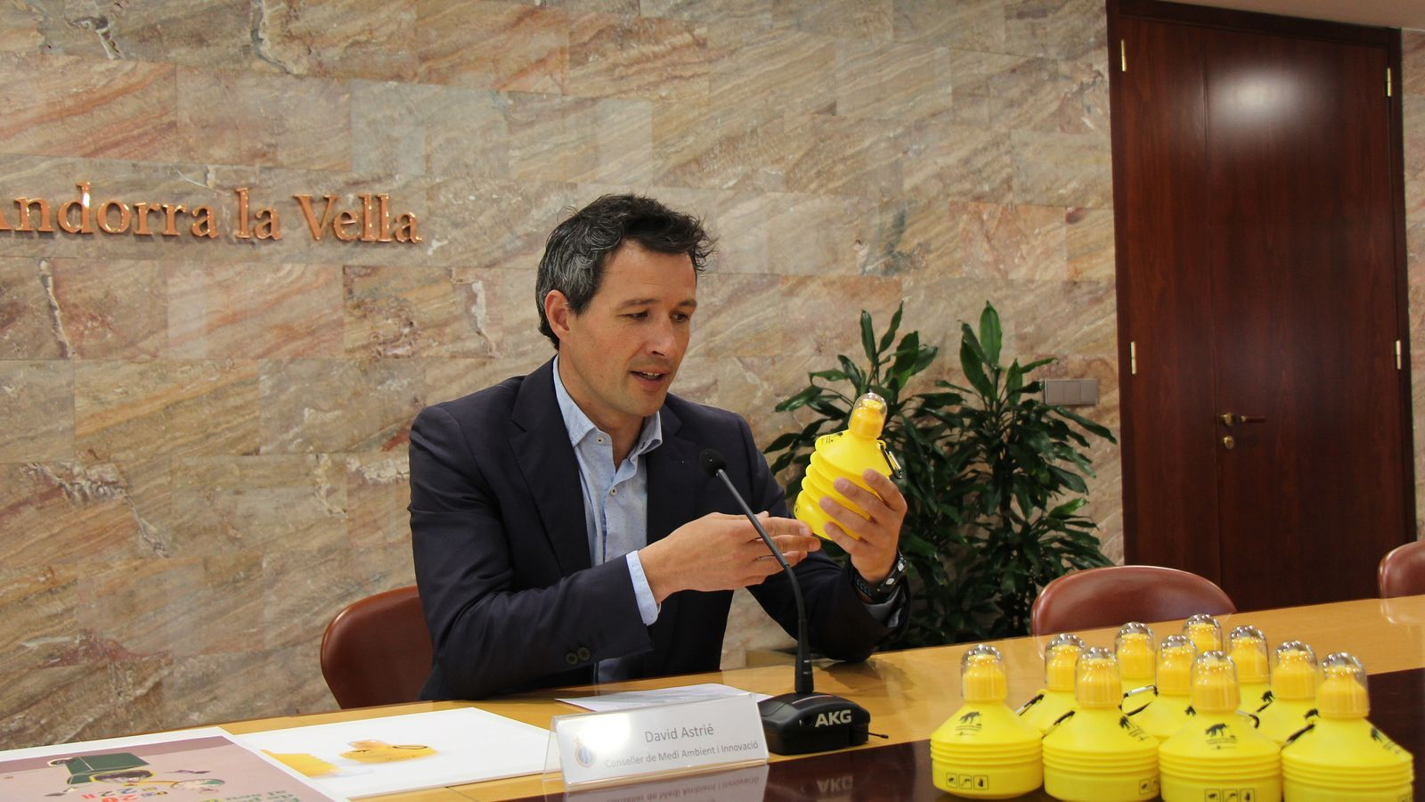 El conseller de Medi Ambient i Innovació del comú d'Andorra la Vella, David Astrié, mostra l'ampolla que es donarà als propietaris de gossos. / M. F. (ANA)