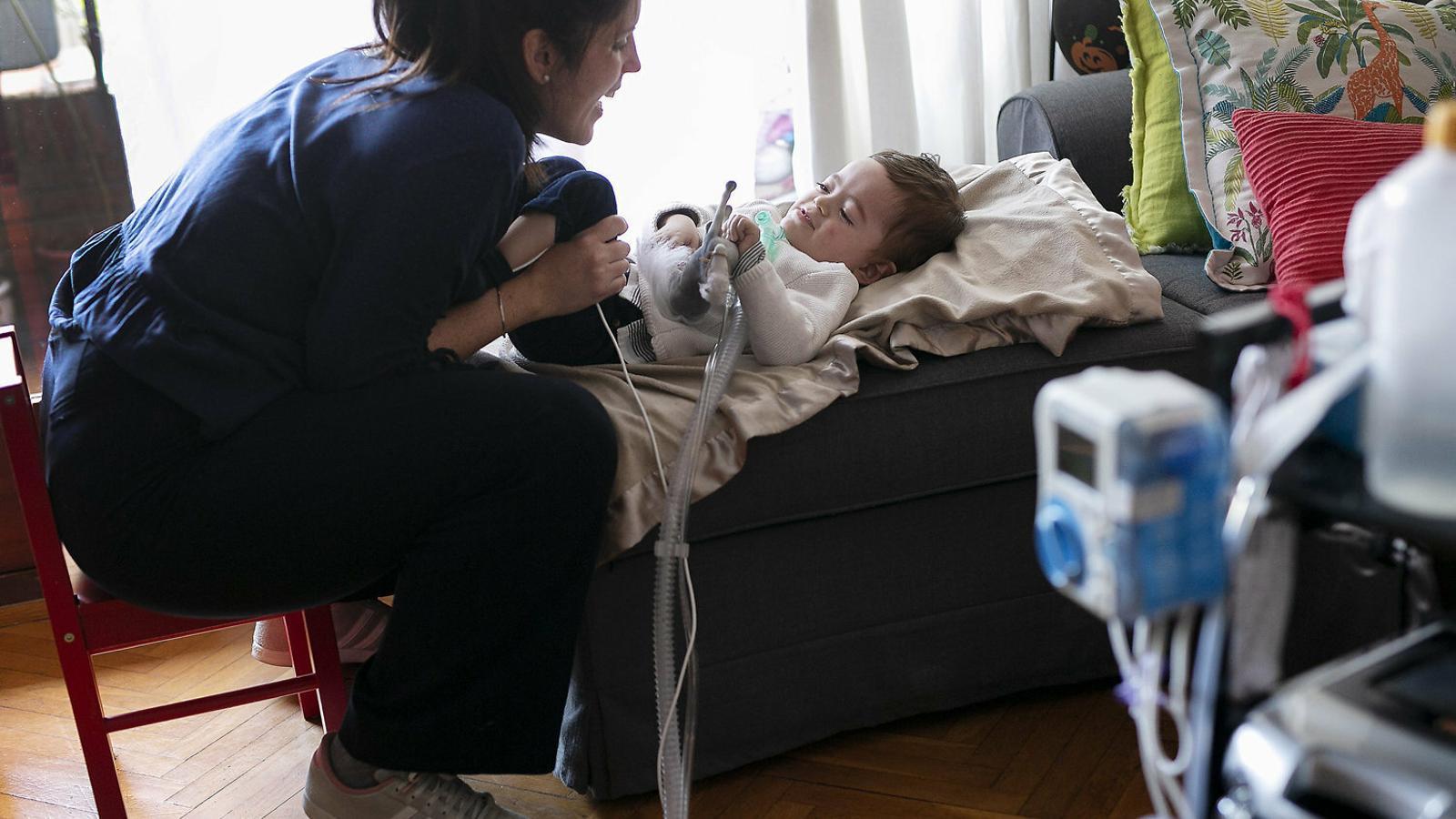 L'Aleix i la seva mare, l'Alba, a casa. El nen té una malaltia que només afecta una desena de nens a tot Espanya.