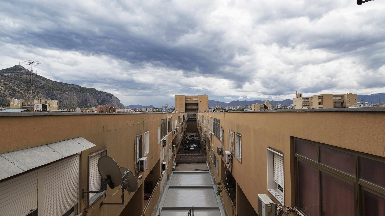 Vista d'uns dels edificis del barri Lo Zen, a Palerm, dissenyat a finals dels 60 per Vittorio Gregotti, que està totalment degradat.