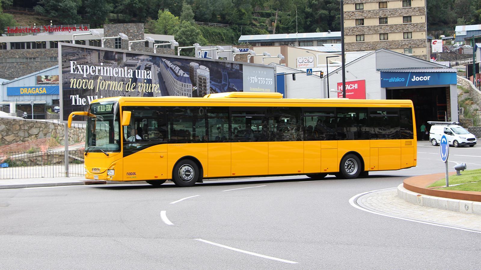 Un dels nous autobusos de la línia a Sant Julià de Lòria. / M. F. (ANA)