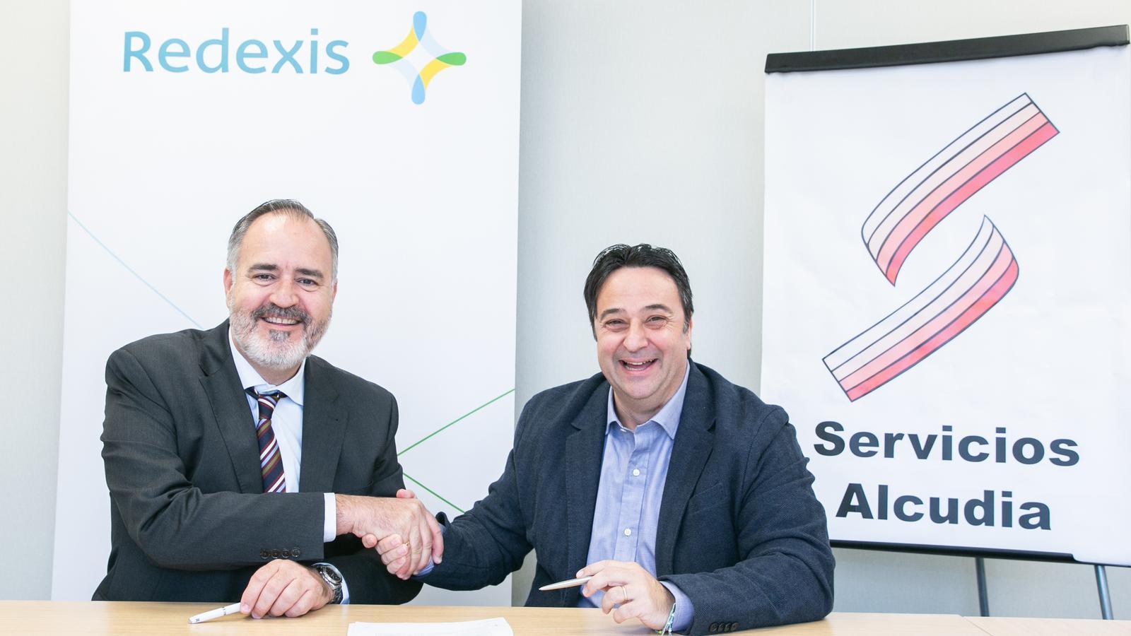 Moment de la signatura de l'acord entre Redexis i Servialsa.