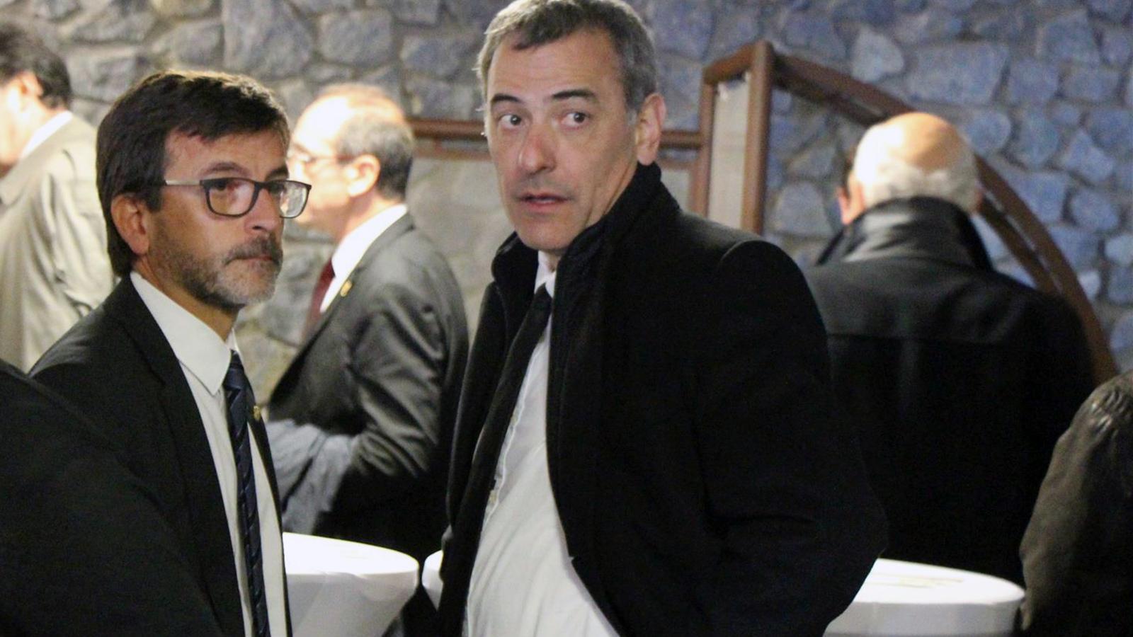El ministre de Finances, Jordi Cinca, conversa amb el cònsol menor de Canillo, David Palmitjavila, durant la sessió tradicional del Consell General en motiu del dia de la Constitució. / L. M. (ANA)