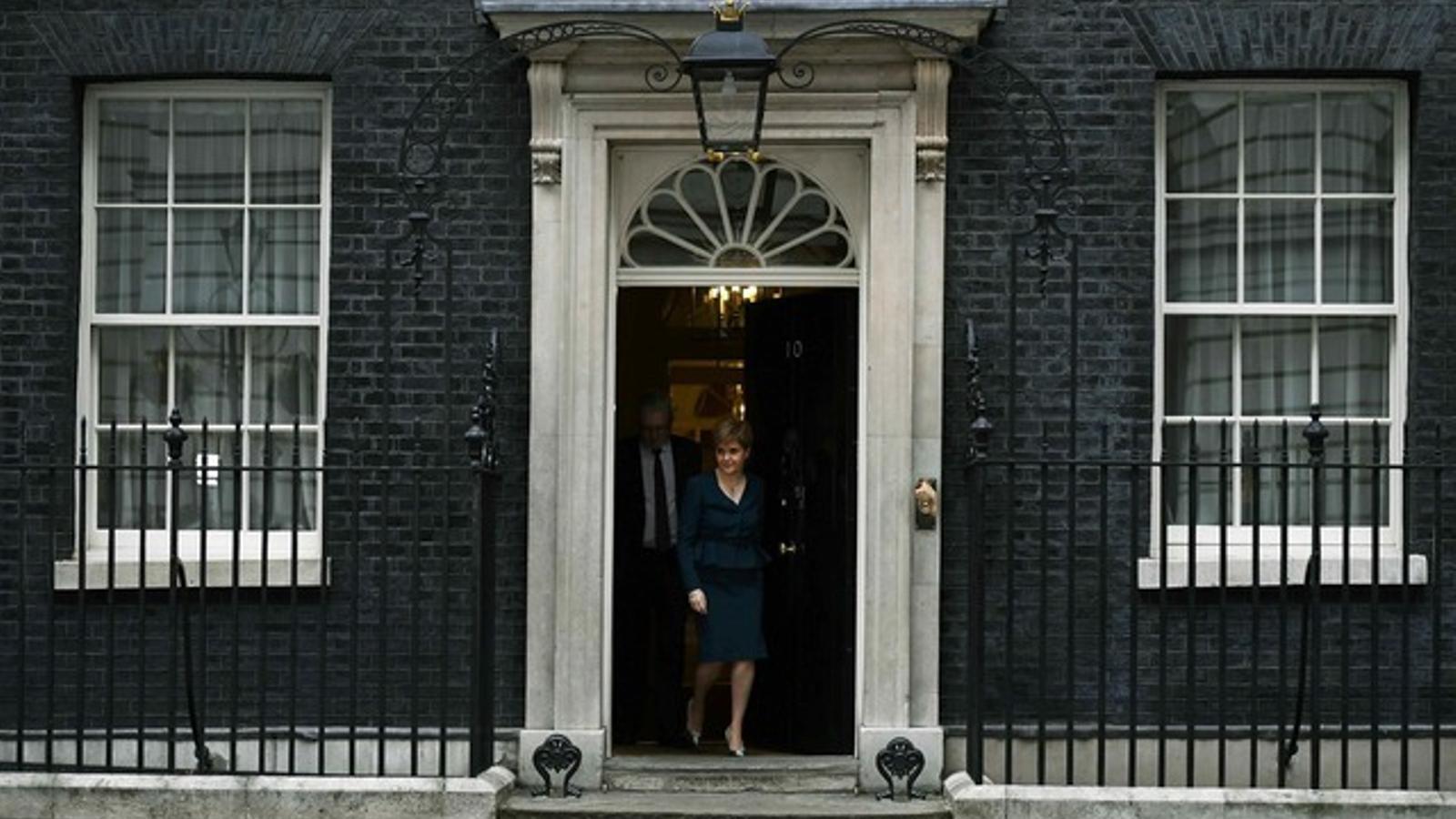 Sturgeon surt de Downing Street després d'entrevistar-se amb la primera ministra May, aquest dilluns.