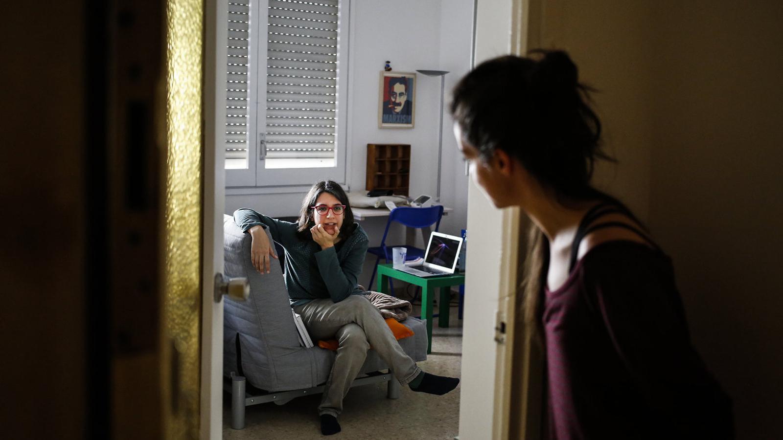 L'Àngela (esquerra), de 34 anys, té símptomes de covid-19 des del 22 de març. A la foto, parlant a distància amb la seva germana.