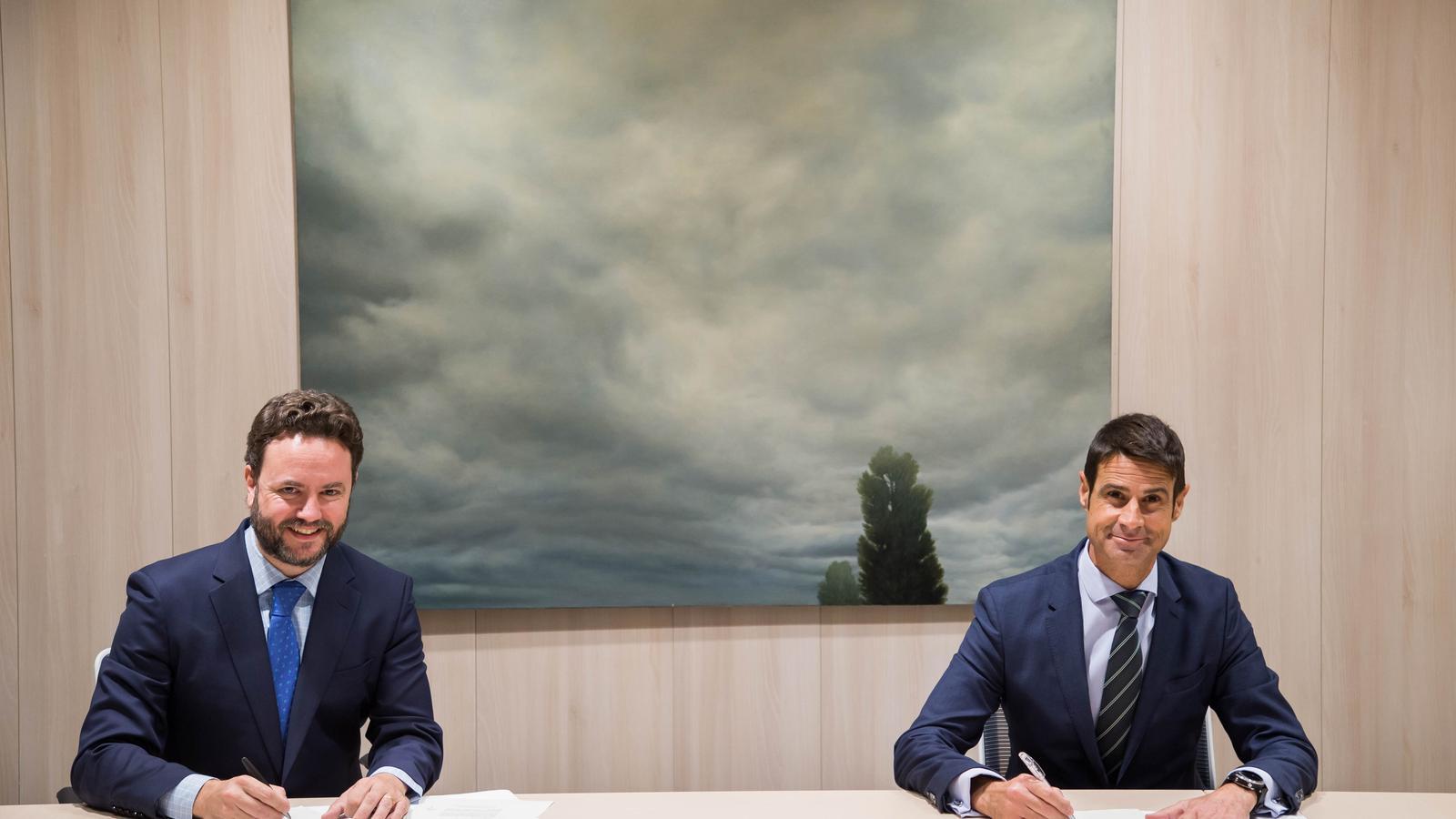 Iker Beraza, director Comercial de Sareb, i Daniel Caballero, director corporatiu de Negoci Immobiliari de CaixaBank, en l'acte de signatura