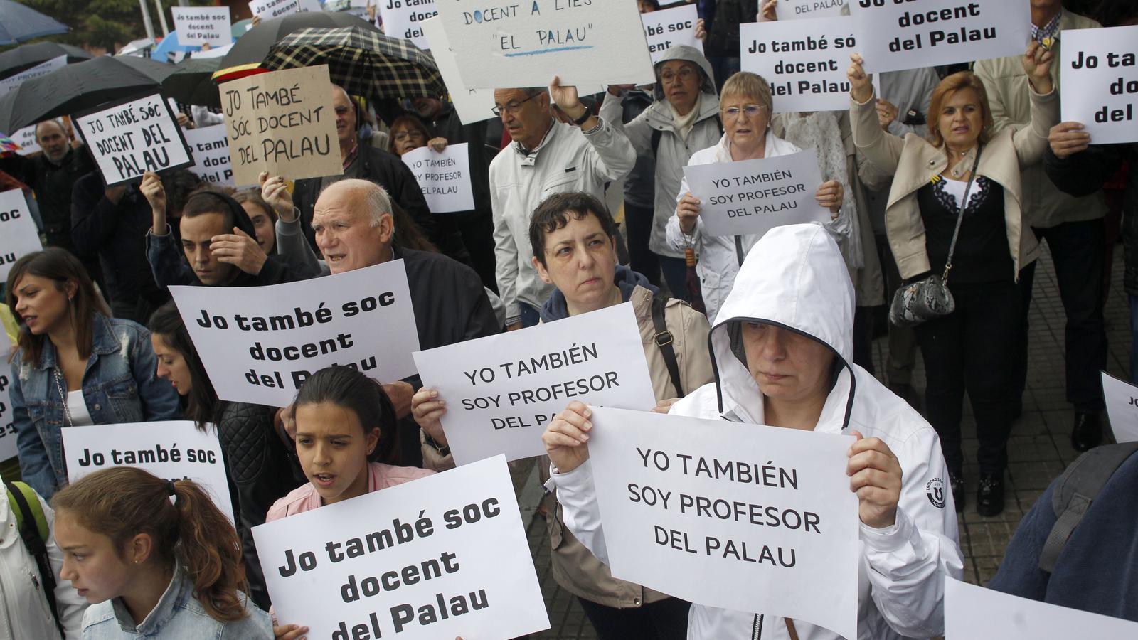 Alumnes i docents surten al carrer en suport dels professors denunciats de Sant Andreu de la Barca
