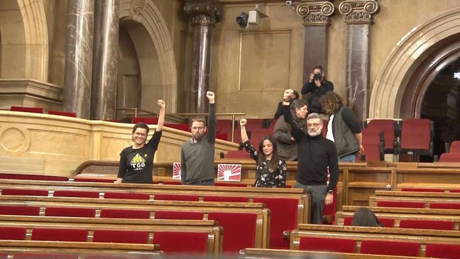 Els diputats de la CUP als seus escons a l'hora en què estava previst el ple d'investidura
