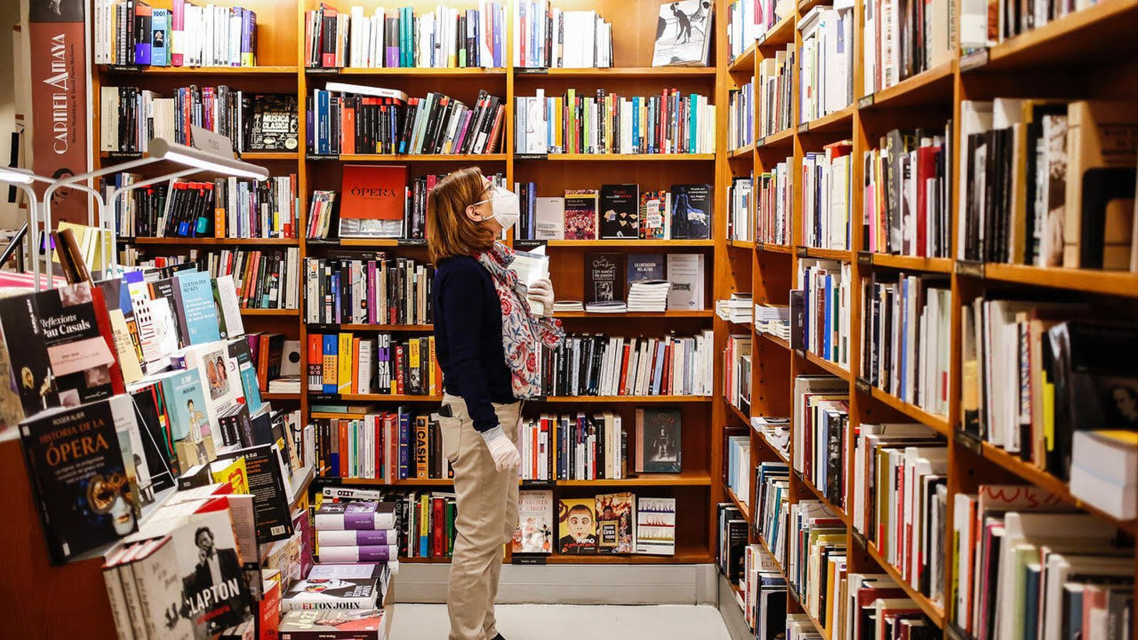 Una treballadora en una llibreria de Barcelona