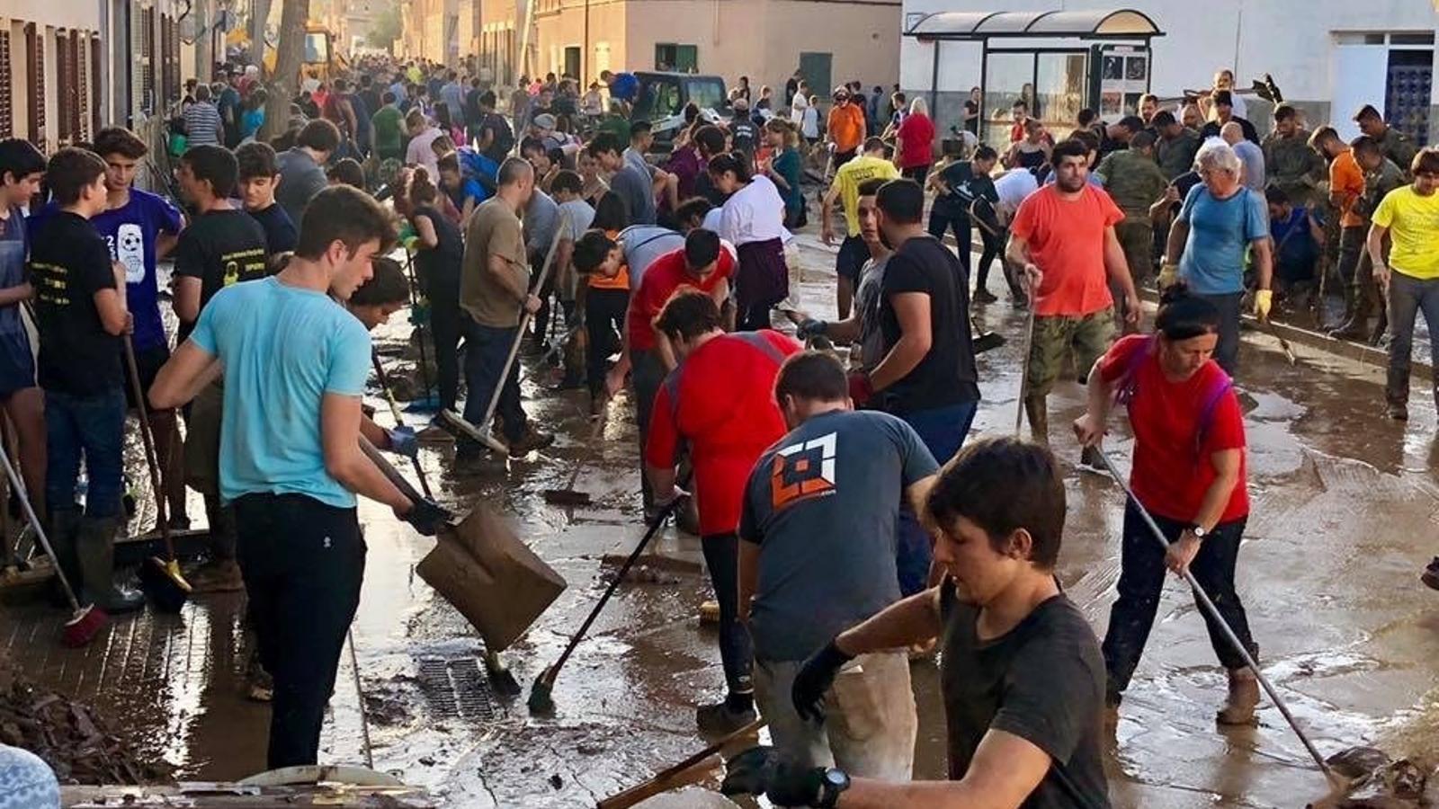 Imatge d'arxius dels milers de voluntaris que es desplaçaren als pobles afectats del Llevant mallorquí.
