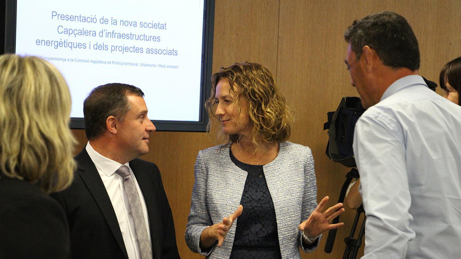 La ministra de Medi Ambient, Agricultura i Sostenibilitat, Sílvia Calvó, conversa amb el president de la comissió legislativa de Política Territorial, Urbanisme i Medi Ambient, Josep Majoral. / C. A. (ANA)