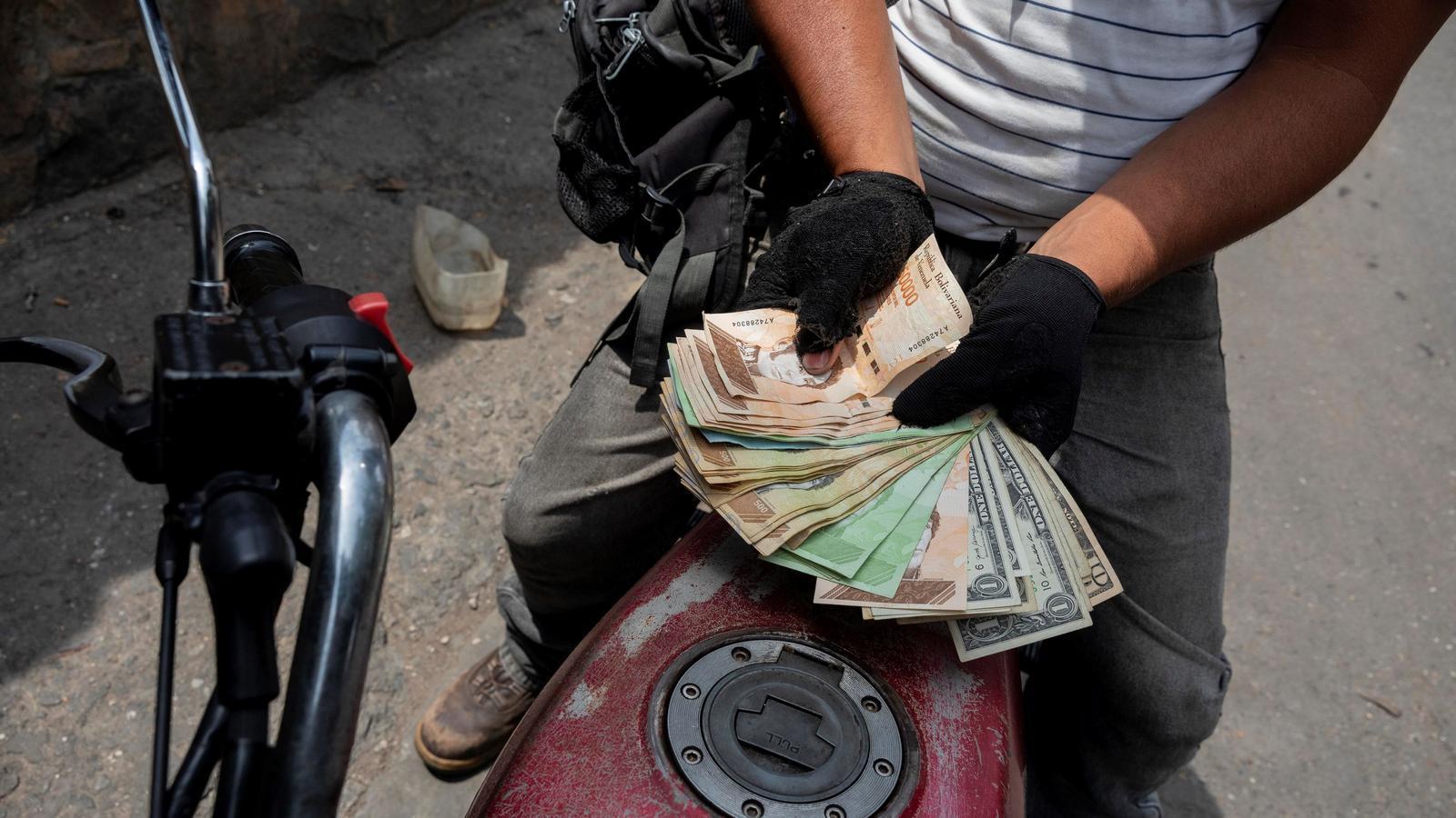 Maduro planteja cobrar la benzina
