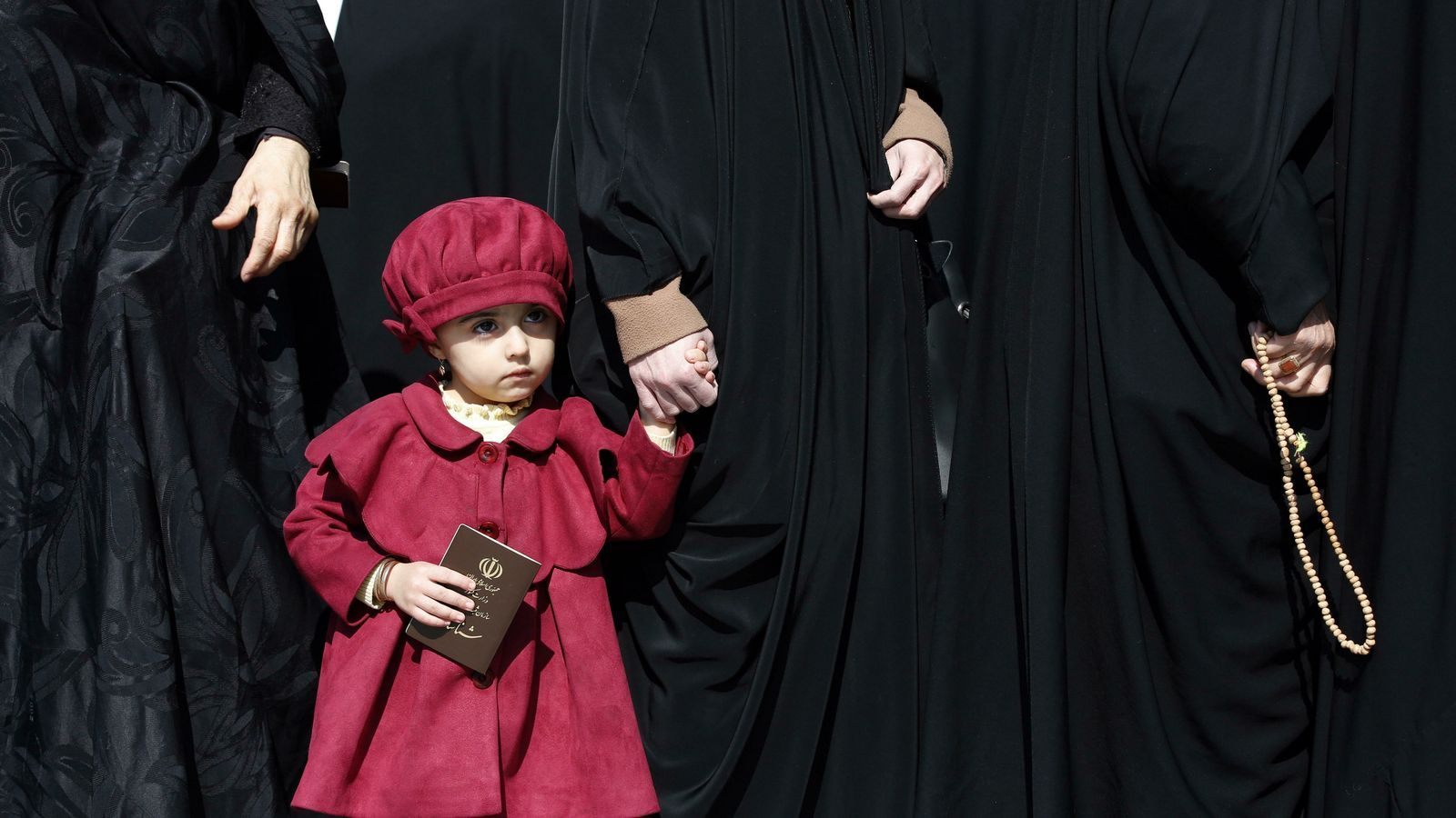 Una nena acompanya la seva mare a votar a la mesquita d'Abdol Azim a Tehran, aquest divendres.