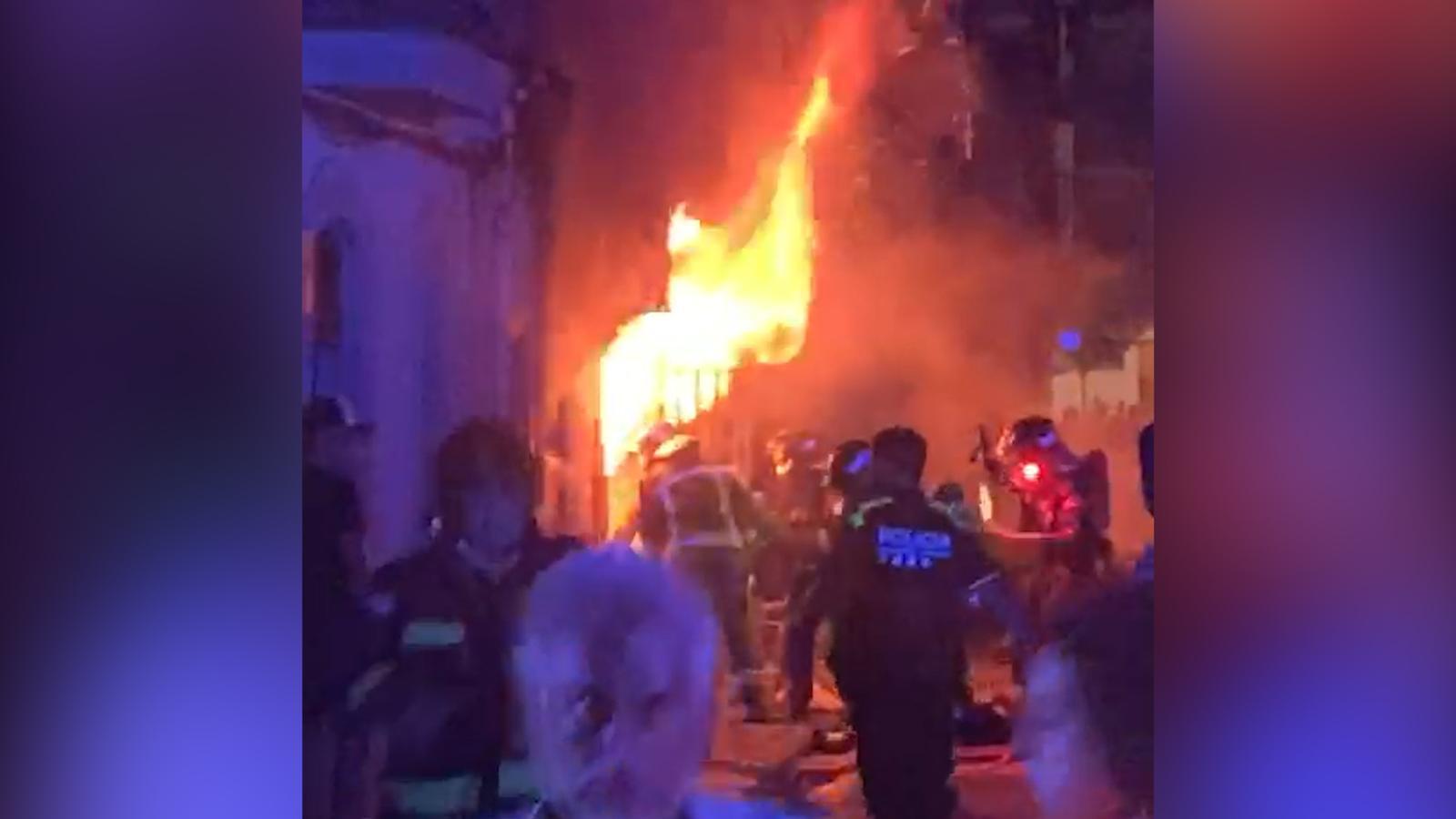 Les flames que sortien dels baixos d'un bloc de pisos durant l'incendi a la Barceloneta