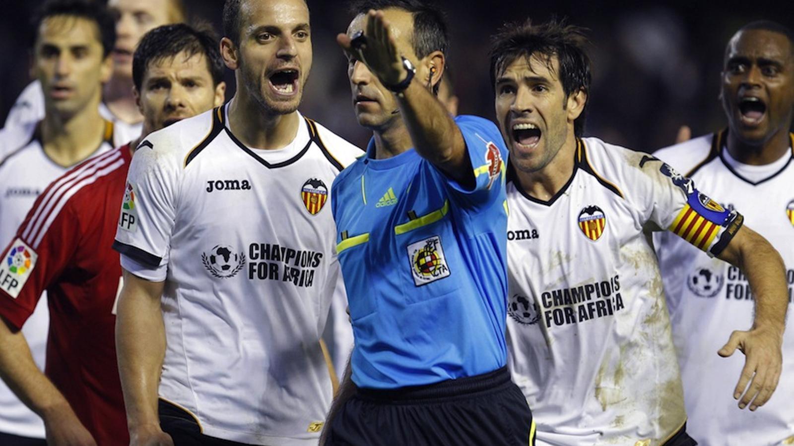 Els jugadors del València protesten les possibles mans d'Higuaín