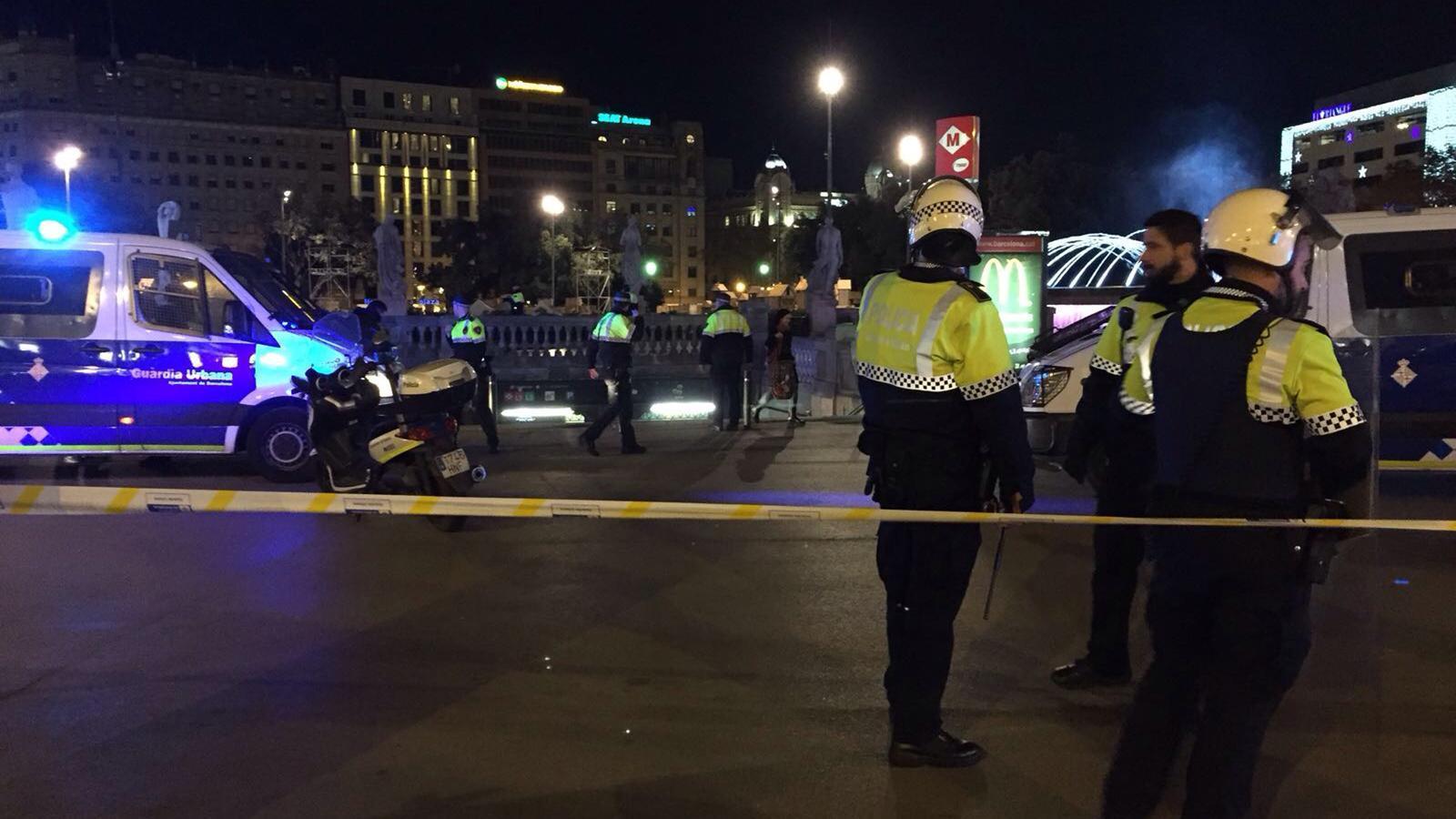 Agents de la Guàrdia Urbana precinten una entrada al metro i al tren de plaça Catalunya