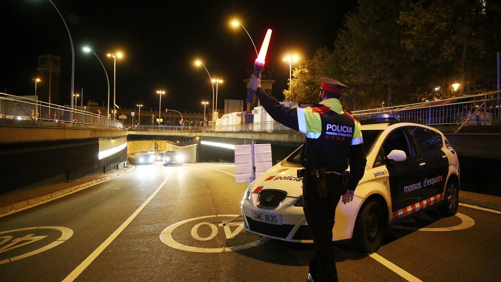 Els agents aturen tots els vehicles que passen pel control