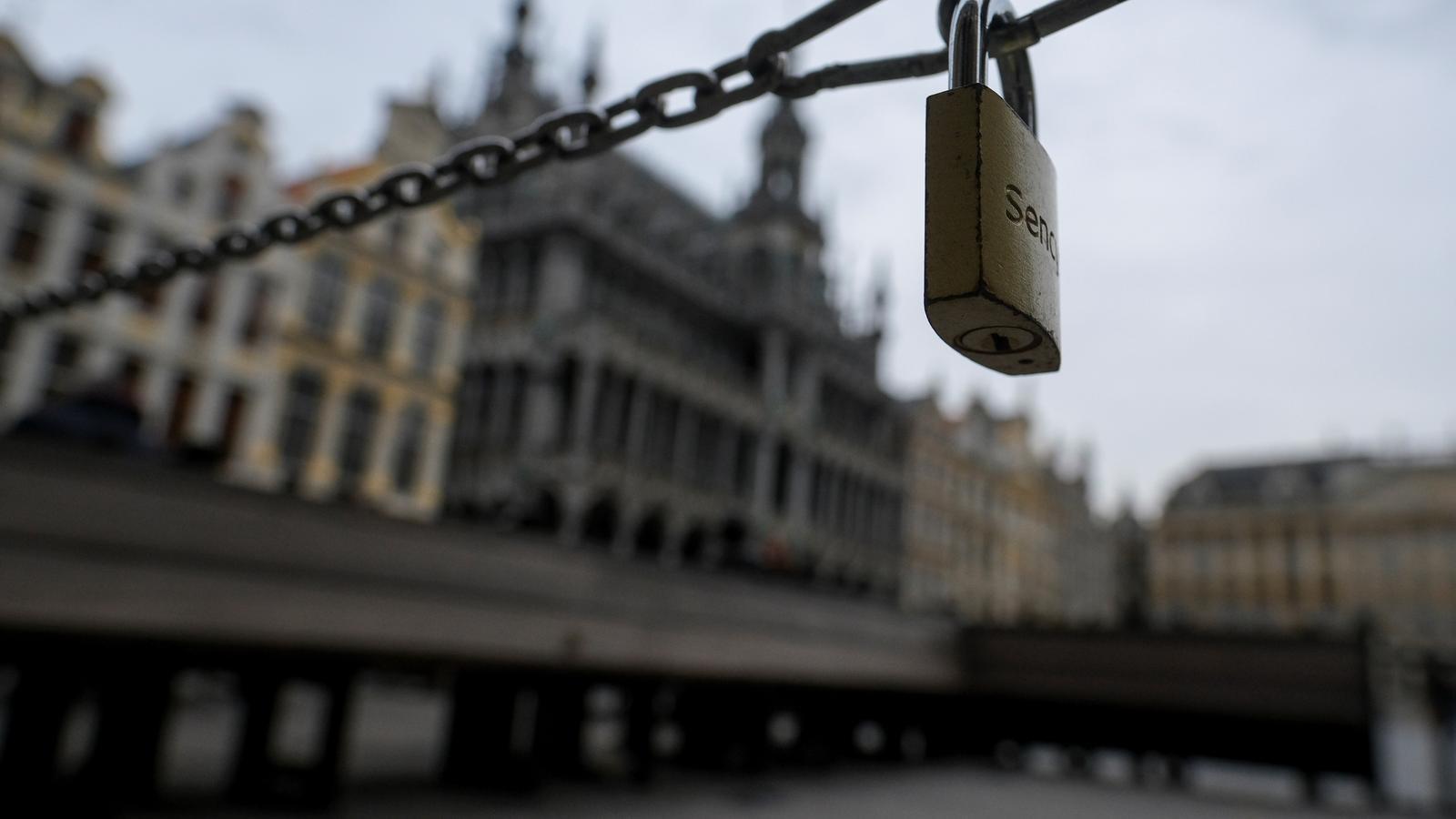 Una cadena bloqueja l'accés d'una de les terrasses de la Grande Place de Brussel·les, tancades pel coronavirus.